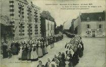 La foule des femmes escortant les insignes de la Passion portées par deux garçonnets | Decker F.