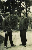 Deux comédiens déguisés en soldats |