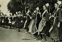 Danse bretonne exécutée par des jeunes filles de Scaër et Plougastel | Le GRAND
