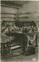 Décoratrices de poterie au travail. | Laynaud