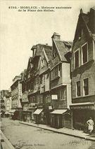 Maisons anciennes de la Place des Halles. |