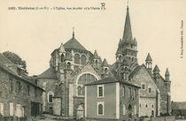 L'Eglise, vue de côté et la Mairie |