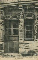 Vieille maison du XVIe siècle à façade de bois sculptée  