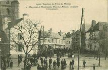 Un groupe de Manifestants, Place La Mennais, conspuant le Commissaire |