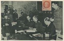 Salle de la Capitulation, Collège Moderne et Technique de Reims: Le 7 Mai 1945, à 2h41: Le General Oberst A. JODL signe le document de la Capitulation, à sa gauche l'Amiral Von FRIEDEBERG, et à sa droite le Major W. OXENIUS. |