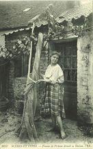 Femme de pêcheur devant sa maison |