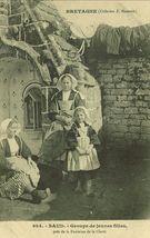 Groupe de jeunes filles, près de la Fontaine de la Clarté |