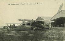 Avions devant les Hangars |