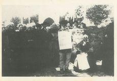 Vendeur de feuilles volantes, chanteurs de Rumengol, avec les feuilles volantes, la chanson populaire (contrairement à l'image que l'on s'en fait parf