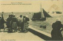Surpris par la tempête, les bateaux sardiniers rentrent au port des Sables d'Olonne |