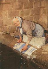 Mme LANCHEVIN (90 ans) lave son linge tous les lundis, Carneville (50), avril 1991 | Bordier J.C.