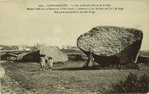 Le Men-er-Kroech (Pierre de la Fée). Menhir brisé par la foudre au XVIIIe siècle, il mesurait 25 m. de haut sur 3 à 5 de large. Son poids est estimé à 200.000 kilogr. |