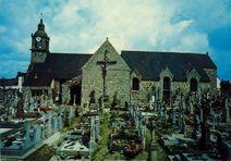 Le cimetière, le calvaire et l'Eglise |