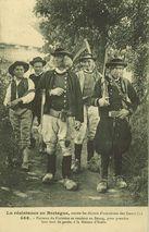 Paysans du Finistère se rendant au Bourg, pour prendre leur tour de garde, à la Maison d'Ecole |