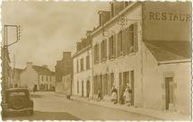 Rue de Penmarch et le Restaurant du Centre. | Le BIHAN J.