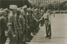 A Lyon, le Général de Lattre de Tassigny, félicite des officiers. | Service CINEMA DE L'ARMEE