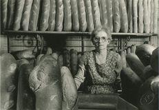 Mme Bouëxel à son comptoir de boulangerie 1985 | Kervinio Yvon