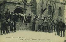 Prisonniers boches sortant de la Messe |
