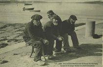 Nos marins bretons sur les quais de l'ile Tudy. Un cercle de loups de mer au soleil d'automne |