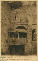 Un coin des vieux remparts, on distingue parfaitement les vestiges d'une ancienne porte |
