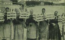 Femmes occupées au chargement des tuiles sur les bateaux |