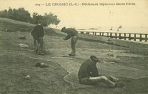 Pêcheurs réparant leurs filets |