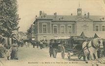 La Mairie et la Place un jour de Marché |