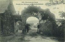 Environs de Brest - Porche de l'Abbaye de Landévennec  