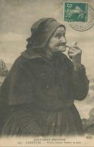 Vieille femme fumant sa pipe |