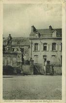 Le Monument aux Morts et la Mairie | Carton J.