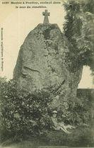 Menhir à Pontivy, enclavé dans le mur du cimetière |