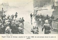 Plogoff. Procès de Quimper. Journée du 17 mars 1980, les auto-pompes devant le palais de justice. | Sépia