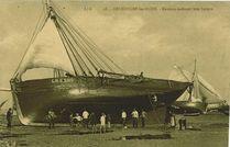 Grandcamp-les-Bains. Matelots carénant leur barque  