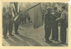 Après la Victoire de Colmar, le Général de LATTRE, Commandant en Chef la Première Armée Française, remet la Fourragère aux couleurs de la Croix de Guerre, à la 3e D.I.U.S. en la personne de son Chef, le Général O'DANIEL |