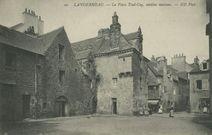 La Place Toul-Coq, vieilles maisons |