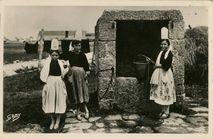 Jeunes Bigoudènes au vieux puits breton |