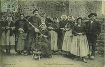 Une fileuse d'Erdeven et son entourage  