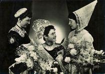 Reine de Cornouaille 1954 entourée de ses demoiselles d'honneur. Costumes de Spezet, et coiffe d'Huelgoat |