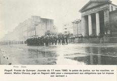 Plogoff. Procès de Quimper. Journée du 17 mars 1980, le palais de justice, sur les marches, un absent, Maître Choucq, jugé en flagrant délit pour manquement aux obligations que lui impose son serment. | Sépia