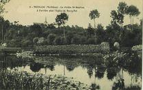 La rivière St-Goustan, à l'arrière plan l'Eglise de Bourg-Pol |