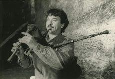 Thierry Moreau joue de la veuze pour l'enregistrement du disque consacré aux Sonneurs de veuze