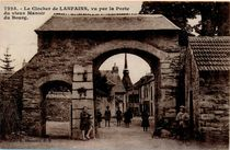 Le Clocher de LANFAINS, vu par la Porte du vieux Manoir du Bourg |