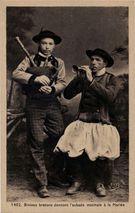 Binious bretons donnant l'aubade matinale à la Mariée   Villard