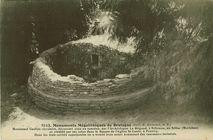 Monument Gaulois circulaire, découvert sous un tumulus, par l'Archéologue Le Brigand, à Nilizienn, en Silfiac (Morbihan) et réédifié par ses soins dans le Square de l'Eglise St-Louis, à Pontivy. Dans |