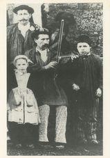 Julien Le Tulzo de Kerlebot en Noyal-Pontivy (56) au violon lors d'une noce entre 1905 et 1910. |