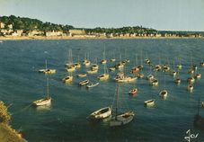 Vue générale de la plage et des bateaux dans le port |
