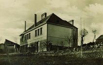 Salle paroissiale et école inaugurée le 4 août 1957 par Mgr Le Bellec |