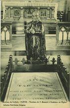 Environs de Carhaix - Tombeau du P. Maunoir à l'intérieur de l'Eglise |