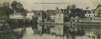 Panorama de la ville pris des quais du Lochon. Le pont  