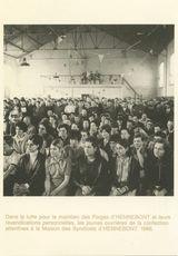 Dans la lutte pour le maintien des Forges d'HENNBONT et leurs revendications personnelles, les jeunes ouvrières de la confection attentives à la Maison des Syndicats d'HNNBONT. 1966. | Chenu Jean